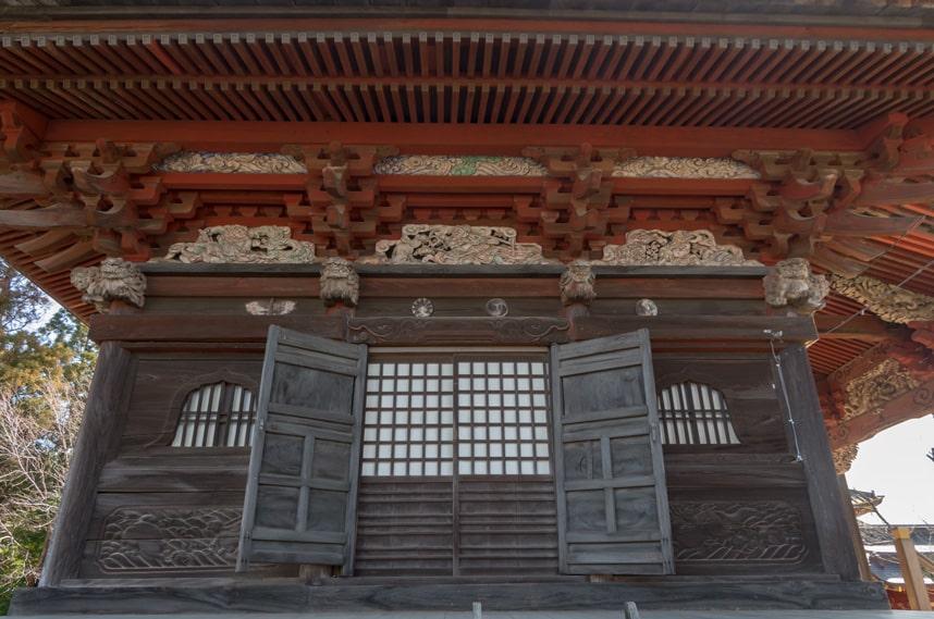 見事な彫刻の本堂