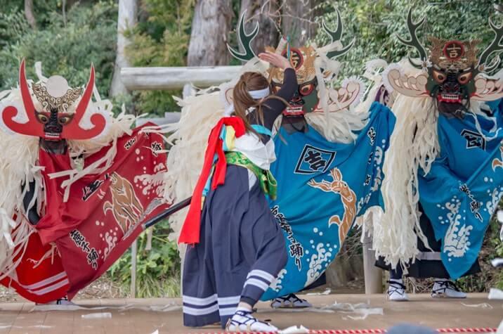 女性剣士と鹿の格闘