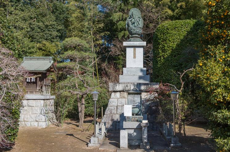 山王権現(左)と如意輪観音菩薩像
