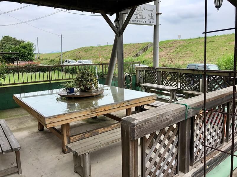店外のテーブル