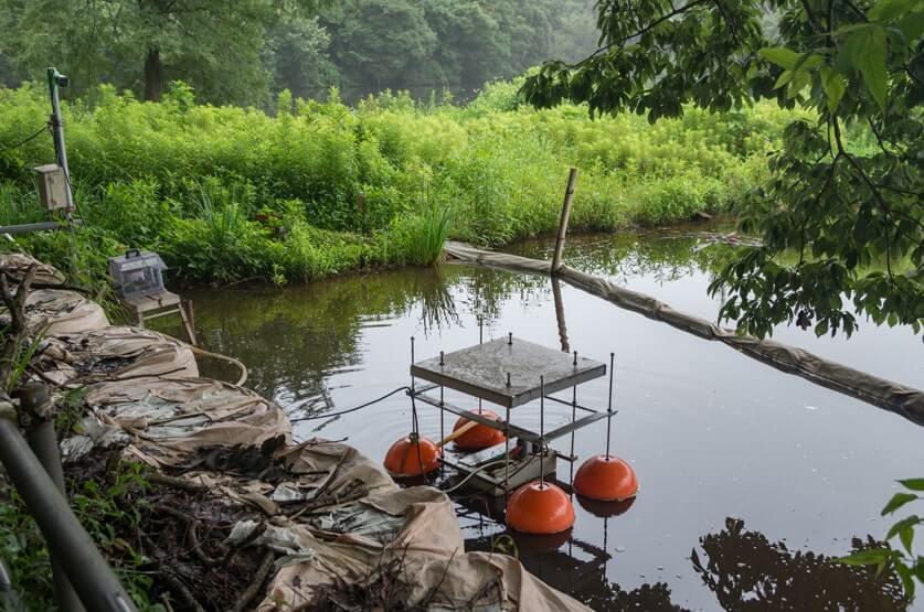 水面に置かれた機械