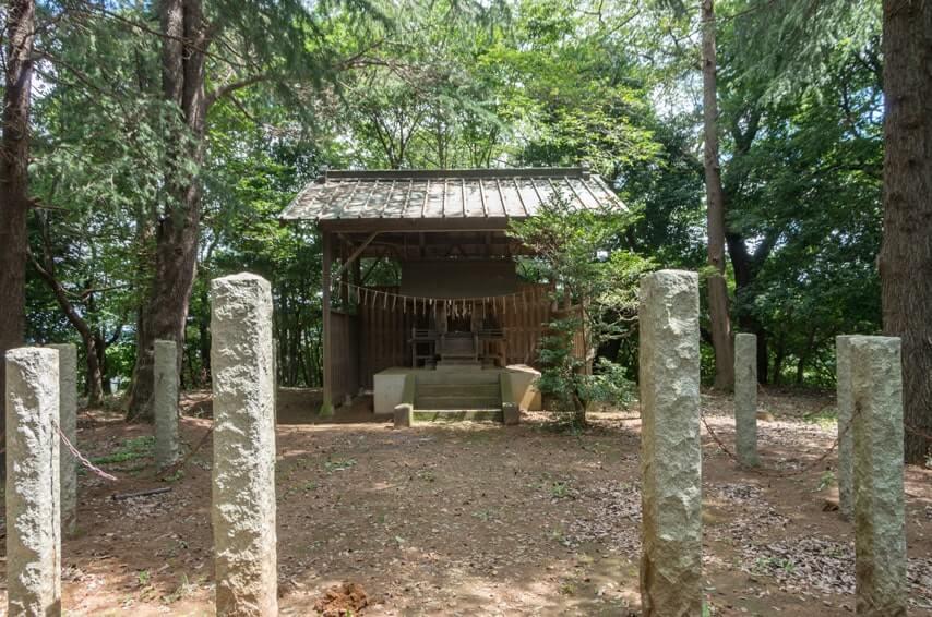 覆屋のある本殿と神事用?の敷地