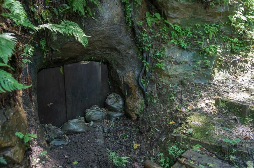 入口が塞がれた装飾横穴