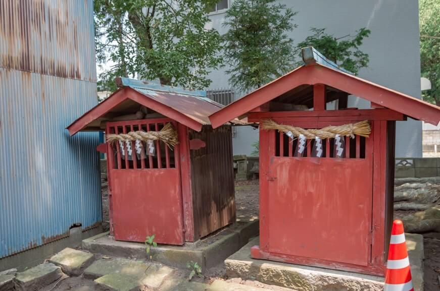 妙正神社(左)と水神(右)
