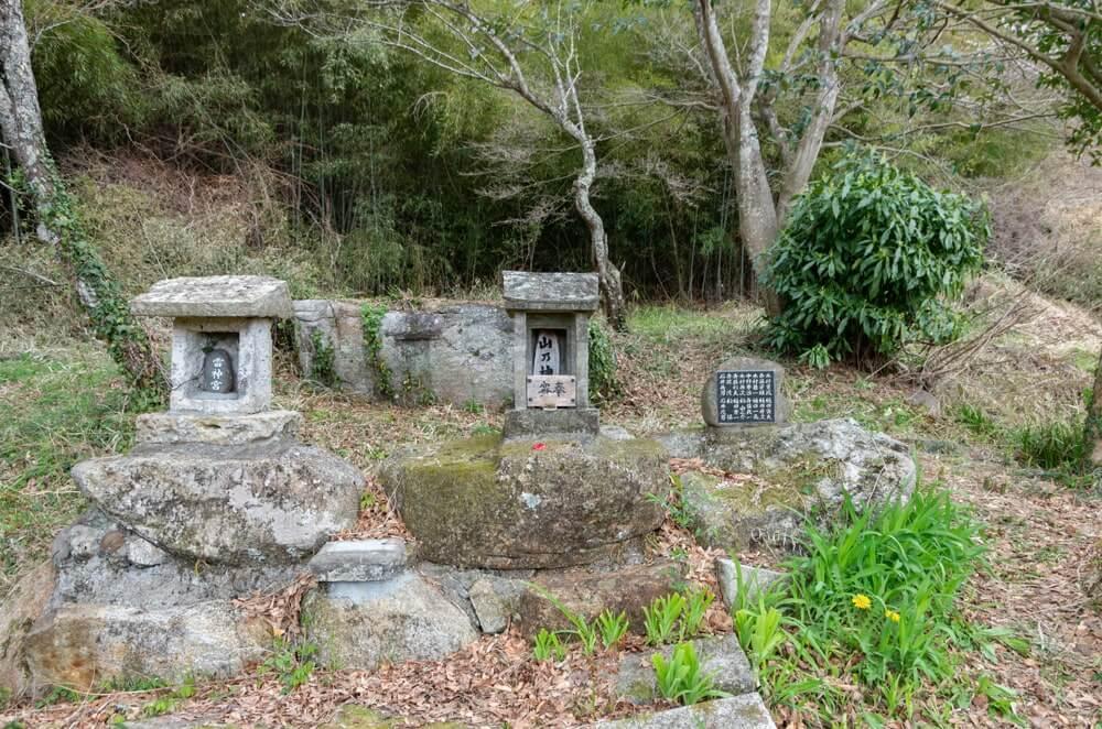 雷神宮(左)、山乃神(中央)、芳名碑