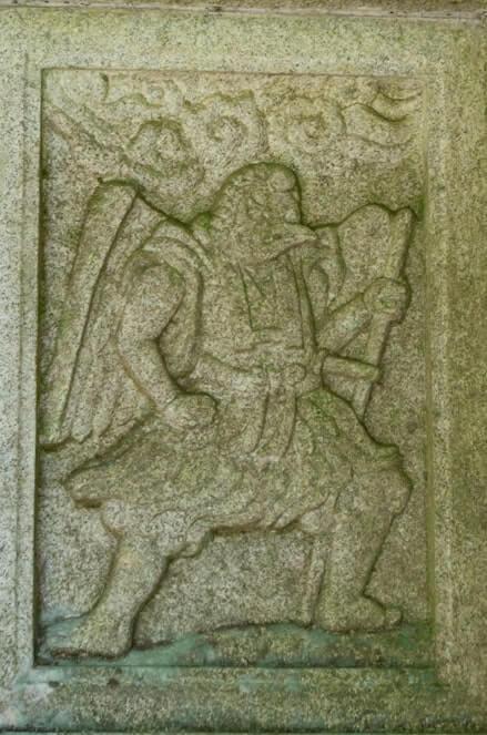 天狗の彫刻(左)