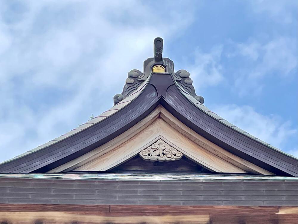 神紋とキツネの彫刻