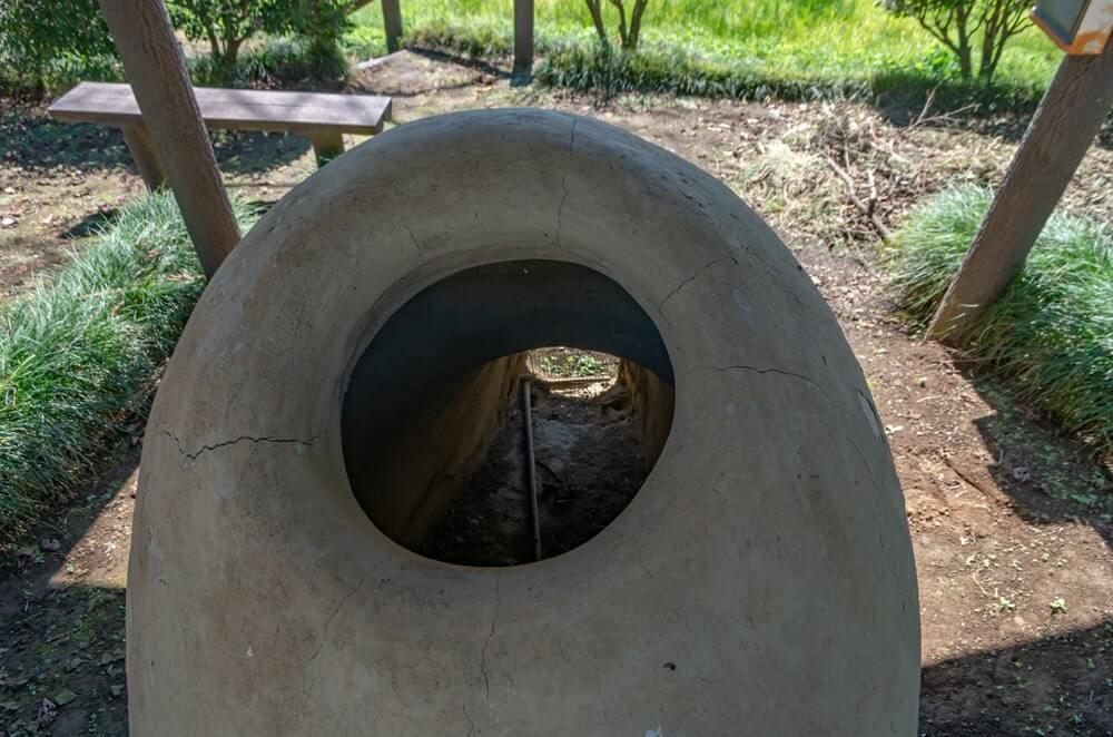 後ろから見る製鉄炉跡