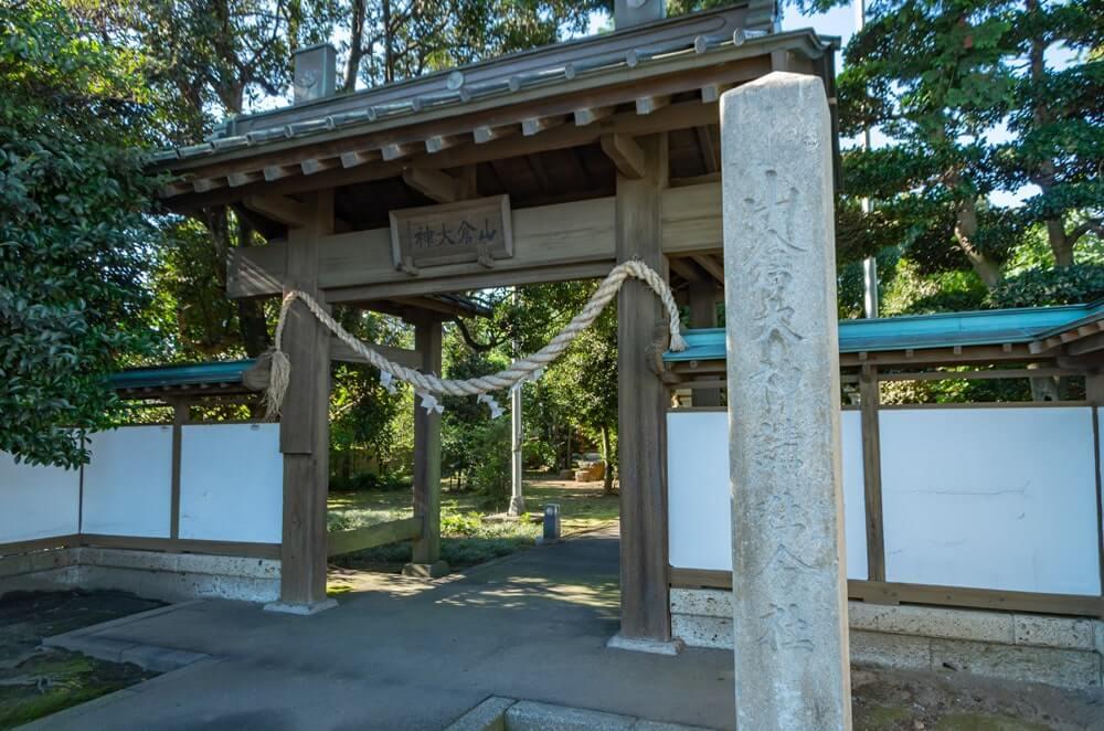 門前の石柱